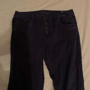 mörkblå jeans med knappar upptill! inte högmidjade men inte lågmidjade, med raka ben. passar inte mig och därför vill jag sälja dom! frakt tillkommer 🌷