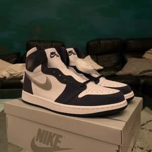 Hej säljer ett par Jordan 1 High 'Midnight Navy' i storlek 43. Helt oanvända och kommer med låda. Pris 2400:- FIRM