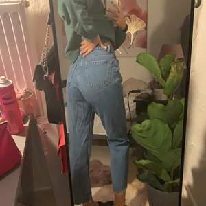 Jätte fina mom jeans från bershka. Köpte för 2 år sedan men använt fåtal gånger. Säljer pga att jag inte längre använder dom. Säljer för 100 kr. Möts helst upp i Göteborg men kan även frakta.