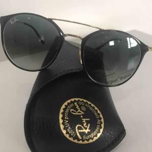 Supersnygga svarta Raybans som jag köpte spontant men märker att jag inge använder de till vardags så säljer dessa! Originalpris 1400 kr