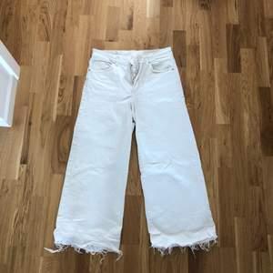 Snygga vita culottejeans 🥰 eventuell frakt står köparen för 🌼