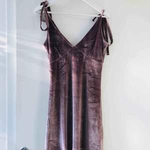 Sammetsklänning från NA-KD, aldrig använd. Säljs pga för liten. Banden går att knyta upp helt och justera.