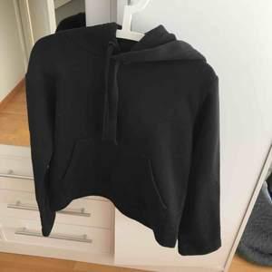Svart hoodie, jätte skön. Sparsamt använd