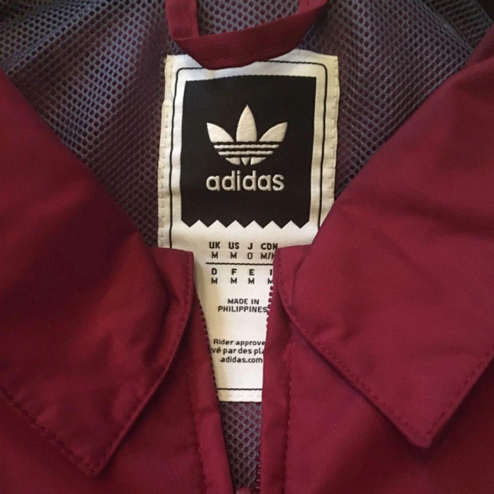 En lätt coach jacket från Adidas i storlek M. Använd en gång. . Jackor.