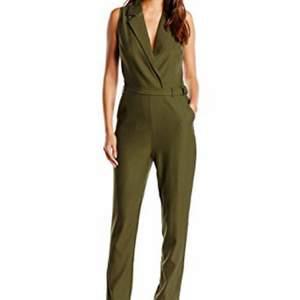 Helt ny militärgrön jumpsuit i storlek 40, köpt på nelly och supersnygg 😍