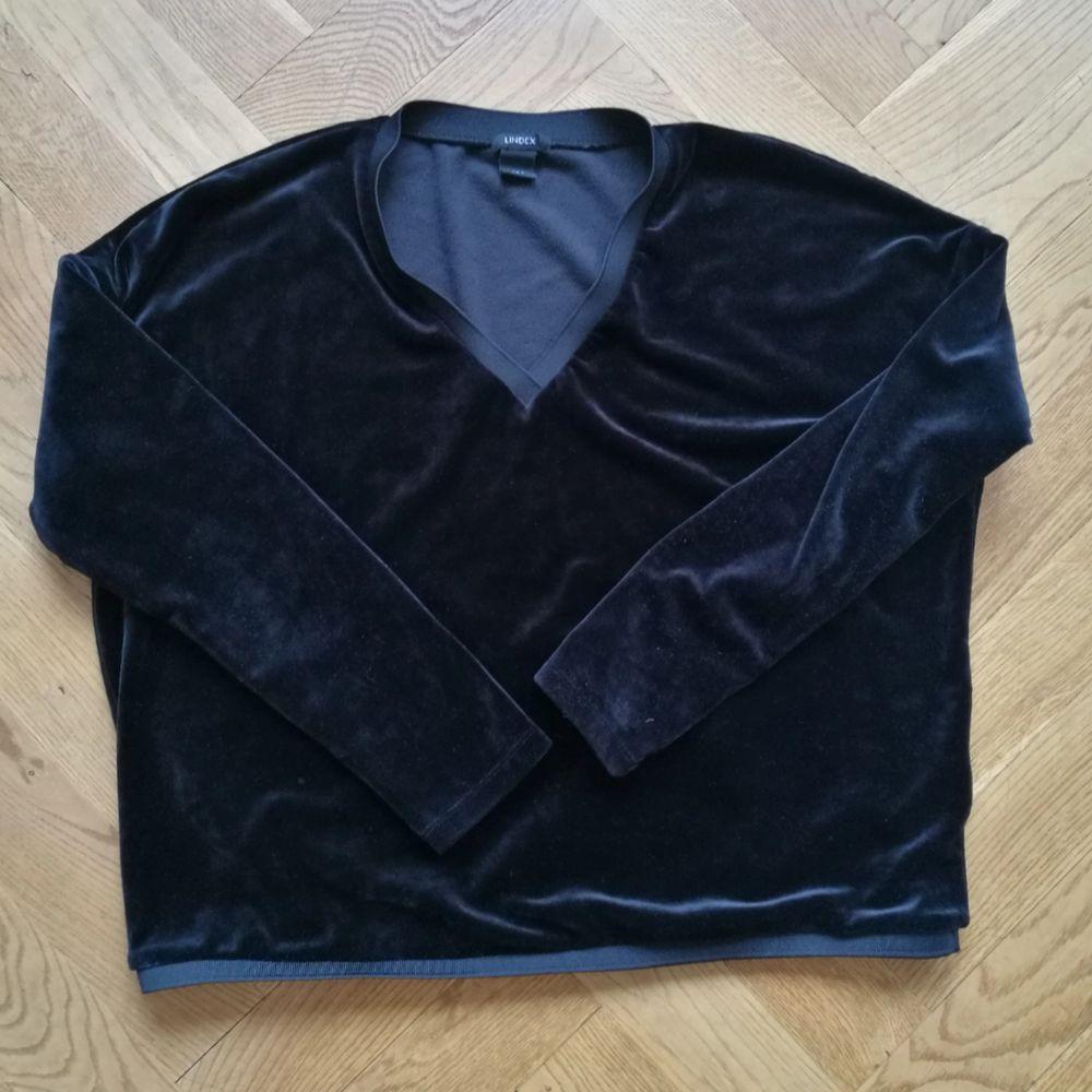 Fin tröja i sammetsliknande material. Den är vringad vilket gör den lite mer stilig.. Tröjor & Koftor.