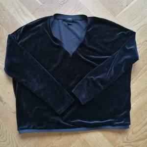 Fin tröja i sammetsliknande material. Den är vringad vilket gör den lite mer stilig.