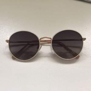 Solglasögon från Vero Moda, beställda från Nelly. ALDRIG använda och superfina men passar inte mig. Betalning via swish eller kontant, kan mötas upp annars står köparen för eventuell frakt🕶