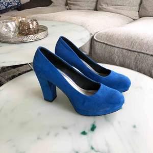 Blå klackskor i mockaimitation, storlek 39, använda en gång. Möts upp i Stockholm eller så står köparen för frakten 😁