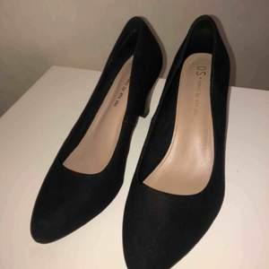 Helt oanvända klack skor ifrån din sko. Säljer pågrund av för små