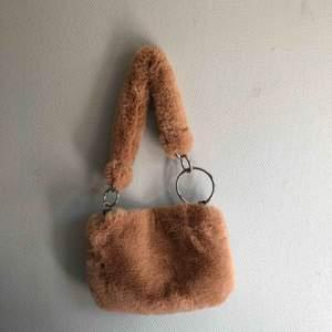 Fluffig väska från Topshop! Aldrig använd!:( vid flera köpare så går köpet till högst bud! Möts gärna upp i Stockholm. Annars står köparen för tillkommande frakt på 72kr.