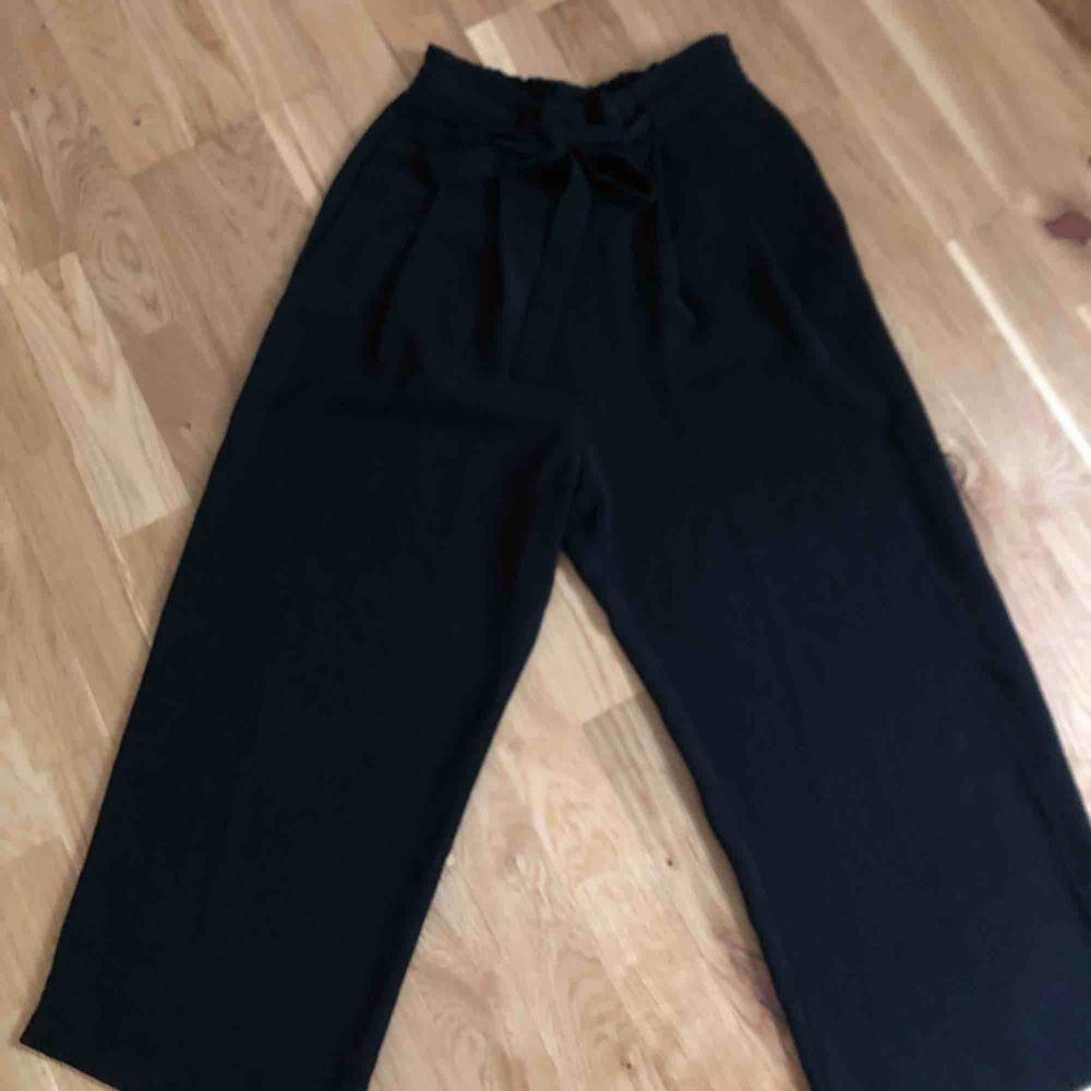 Svarta culottebyxor i tunnt material från zara. Storlek xs.. Jeans & Byxor.