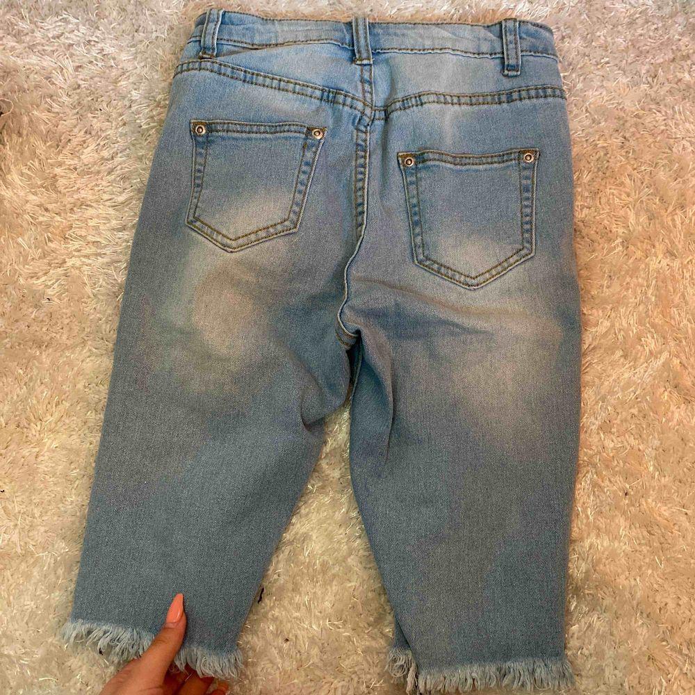 Shorts som kommer till knäna med slitningar framtill. Högmidjade från plt. Använda ett fåtal gånger och formar rumpan fint! Frakt tillkommer. Shorts.