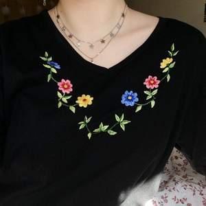 Svart t-shirt med broderade blommor som förtjänar att användas mer. Jag har knappt använt den så sen är som ny! Sitter oversize på mig som är S. Kan skickas, annars möts vi upp i Borlänge/Sala. Pris kan såklart diskuteras! :-)