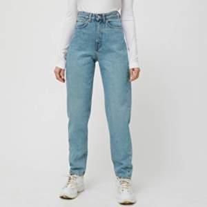 Ett par populära weekday jeans i modellen LASH. Inköpta i höstas men säljer då jag tyvärr inte fått så mycket användning för den. Nypris 500kr. Knappt använda :)
