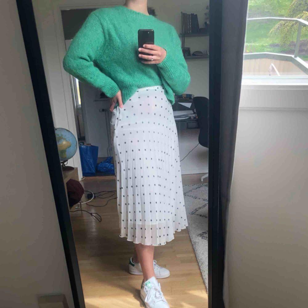 Superfin plisserad kjol i strl 34 från Stockholm LM. Kjolen är ny med lappen kvar och endast provad på. Köparen står för frakt.. Kjolar.
