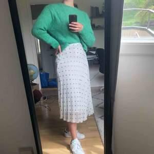Superfin plisserad kjol i strl 34 från Stockholm LM. Kjolen är ny med lappen kvar och endast provad på. Köparen står för frakt.