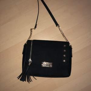 Väska från River Island, svart (krokodilmönster) med gulddetaljer! Köparen står för frakt🌸