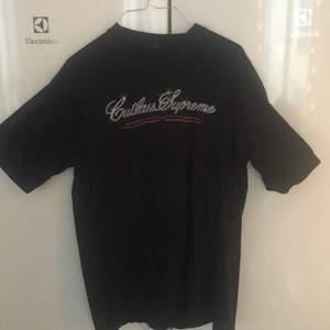 Otroligt sällsynt supreme tröja från 2002(!) köpt från plugmeplease. Cond 8.5/10 storlek Large. Kan mötas i sthlm eller fraktas👍