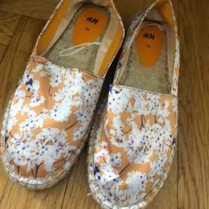 Fina sommar skor som säljs för att de är för stora. Aldrig använda. Frakt tillkommer.