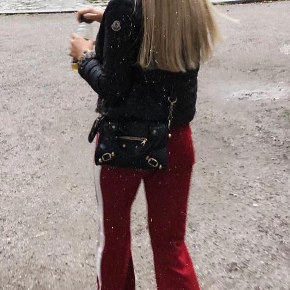 Köpte denna lilla balenciaga väska för ca 3 år sedan i en väskbutik i Turkiet för ca 1500kr. Det långa axelbandet saknas = lägre pris! Helt oförstörd för övrigt 💜 (det är en sjukt bra kopia) . Accessoarer.