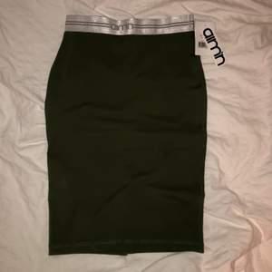 Helt ny kjol från aimn i storlek S. Färgen syns bäst på andra bilden💞