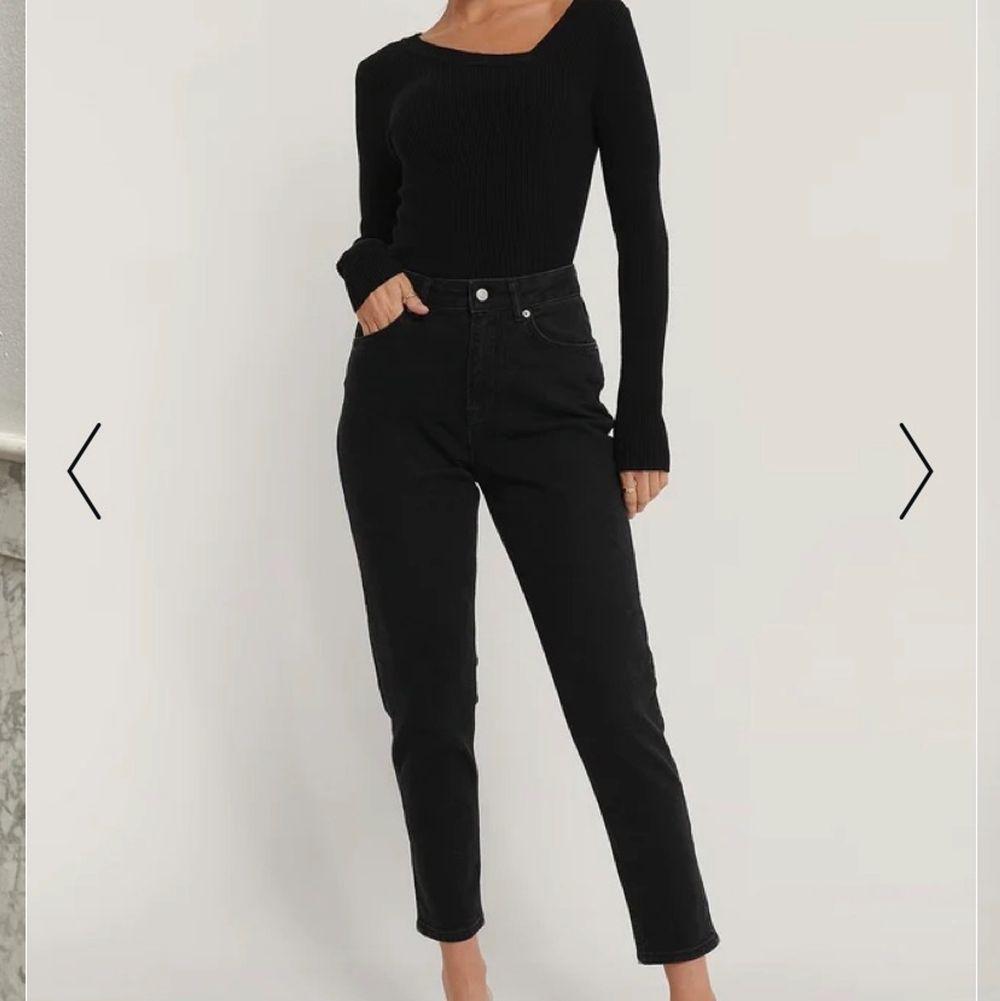 Säljer de här svarta mom jeansen i storlek XS, nypris 499kr men vill ha 150kr + frakt för dem. Nyskick och aldrig använda🖤. Jeans & Byxor.