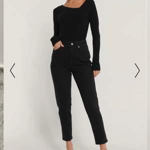 Säljer de här svarta mom jeansen i storlek XS, nypris 499kr men vill ha 150kr + frakt för dem. Nyskick och aldrig använda🖤