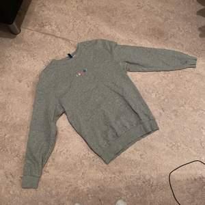 Sweatshirt från H&M i bra skick. Använd några få gånger. Storlek XS men sitter som en S.