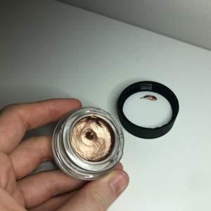 Helt ny creme eyeshadow från 3INA, helt ny inte testad. Säljs för 40kr.