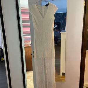 En väldigt fin spetsklänning som endast är provat då jag inte har haft ett tillfälle att ha den. Klänningen har en underklänning. Pris kan diskuteras. Hör av er om ni har några frågor. ☺️