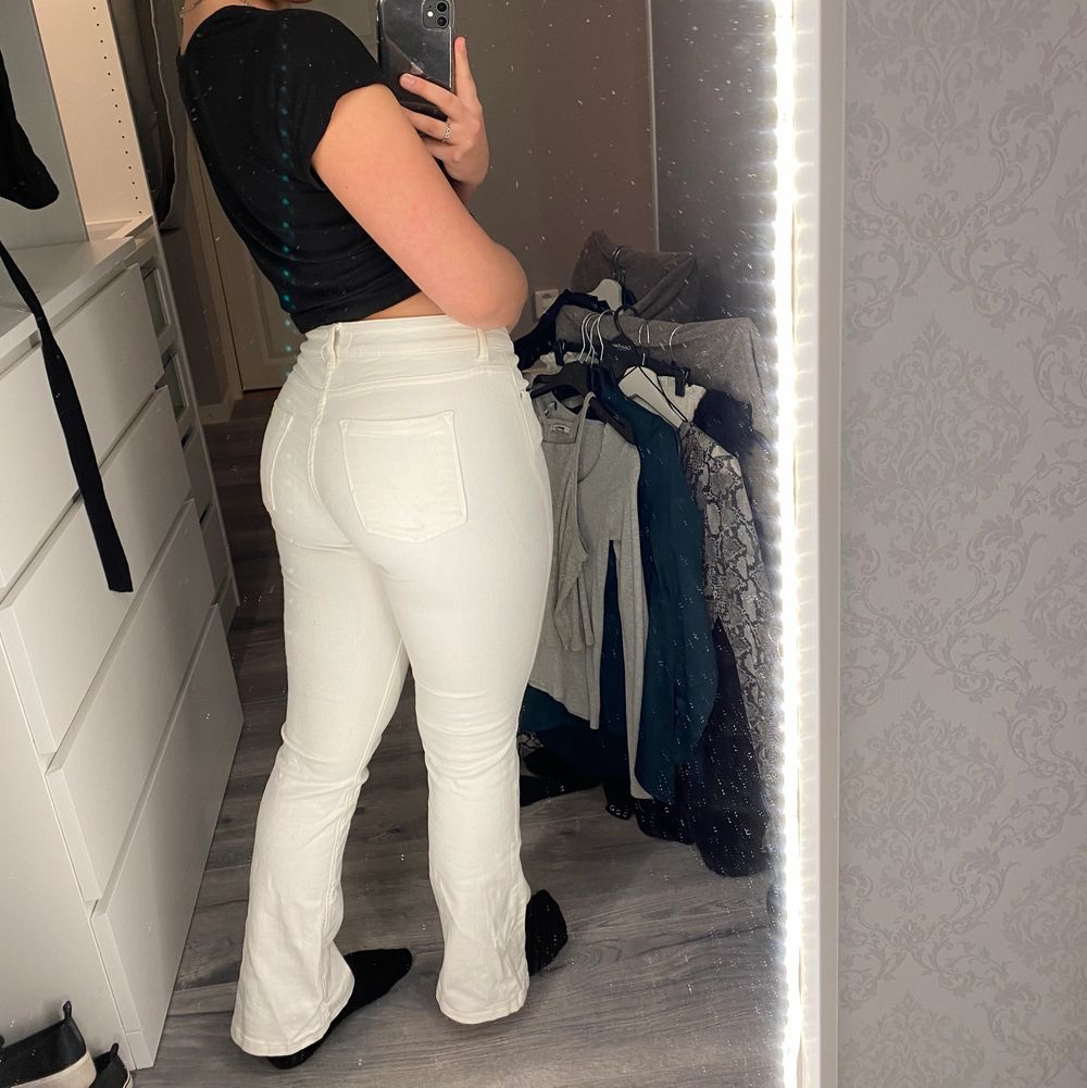 Lågmidjade bootcut jeans från zara i storlek 39. Lite för små för mig . Jeans & Byxor.