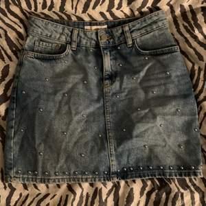 Säljer min coola jeans kjol från mango. Storlek Xs.