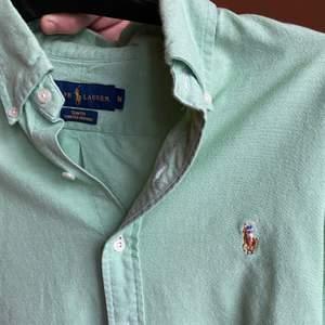 Min killes skjorta. Riktigt fin färg!! Säljer för att den är förliten för han. Använd en gång bara. I bra skick. Fin till sommaren, vardags, fest. Fin present till alla ❤️ dag 🥰. Nypris runt 900kr ✨