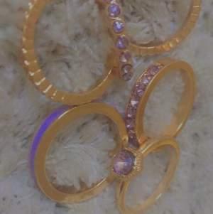 6 stycken jättefina guld/lila ringar. Säljes då de är förstora för mig. Strlk M, stod det på förpackningen. Säljes för 15 kr styck, eller 80 kr för alla. Du betalar frakt:)