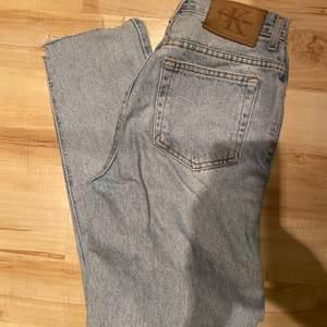 Vintage högmidjade jeans från Calvin Klein. Storlek 26-27 och längd ca 30 (avklippta). Sjukt fin färg!