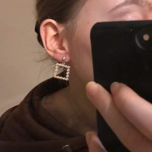 supersnygga kvadratiska örhängen med pärlor. det saknas en pärla på det ena men har inte märkt det förrän när jag skulle ta bilden. vid intresse har jag en hårklämma som passar perfekt till dem!