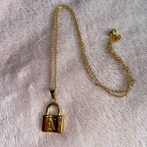 """Guldigt halsband med ett """"N"""" på låset. Använd 1 gång.   Köparen står för frakt."""
