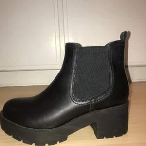 Snygga svarta boots från DinSko. Aldrig använda. Storlek: 39. Nypris: 499kr. Mitt pris: 150kr + frakt.