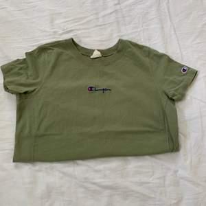 En väldigt fin Champion T-shirt som är grön