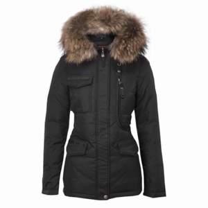 Säljer min hollies jacka i strl 36. Säljer den nu även om årstiden ej är vinter då jag vill bli av med den. Den är i perfekt skick förutom att jag sytt ett litet hål på sidan men det är inget som syns, kan  gå ner i pris vid snabb affär.