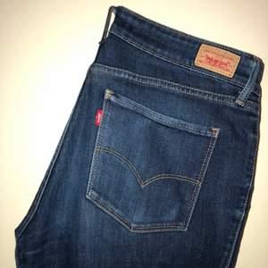 LEVI'S JEANS. Modell: Legging. Storlek: W30L32. Färg/Tvätt: mörkblå. Jeansen är rätt så använda därav priset.
