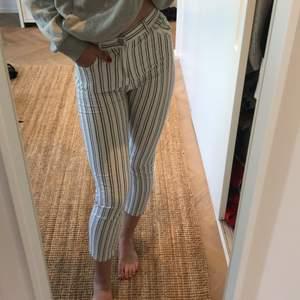 Randiga jeans i storlek medium. Modellen är kort vid ankel och sitter generellt åt. Min längd är 177cm.