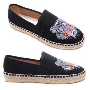Söker kenzo skor i storlek 37 (36,38 fungerar också), färg spelar inte större roll men helst svarta, betalar helst runt 500 kan säkert betala mer i värsta fall