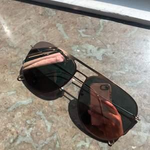 Oanvända solglasögon från Fashion Nova. Färgen på glasen ändras beroende på hur ljuset reflekteras