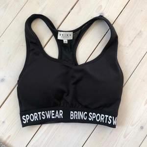 Sportbh i strl xs. Liten i storleken. Bild 2 är lånad från @bringsportswear på Instagram.