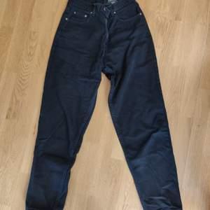 Svarta pösiga jeans, köpta på beyond retro, väldigt bra skick, amrikans storlek 8, jag är storlek 38 och brukar bara ha ett skärp så sitter dem perfekt. 170kr +frakt (köpta för 600 förra hösten)