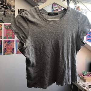 söt, grå t-shirt ifrån Brandy Melville med volang💟 använd fåtal gånger.