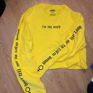 """Kortare tröja från Madlady. Använd 2 gånger. Står """"im too much"""" på bröstet och """"dont tell me to calm down"""" med kvinnomärket på båda armarna."""