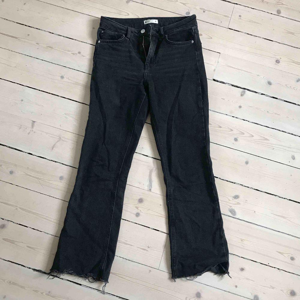 """Flarade svarta jeans från Gina. Ser inte så fint ut på bilden, men riktigt snyggt """"lagom"""" utsvängda.. Jeans & Byxor."""